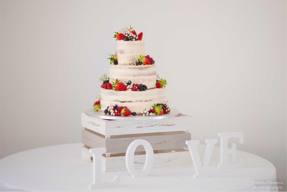 f14c9f432525 Krájanie svadobnej torty