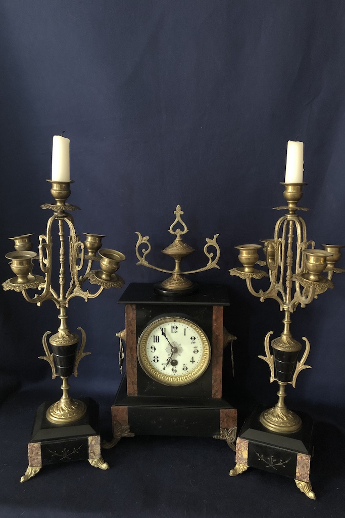 Hodiny so svietnikmi Mantel clock with candlesticks