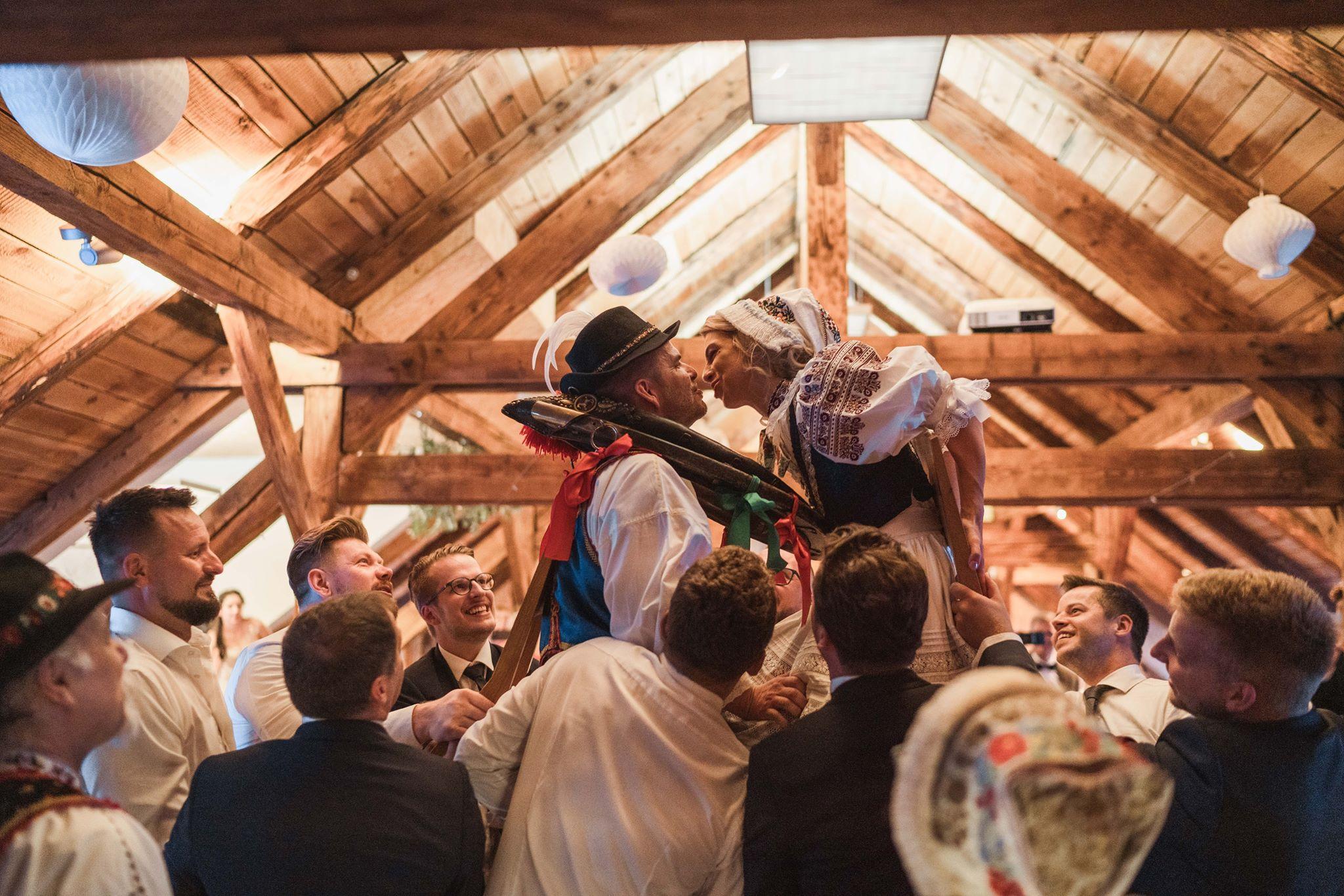 svadba-karpatska-perla-dvihanie-na-stolickachjpg