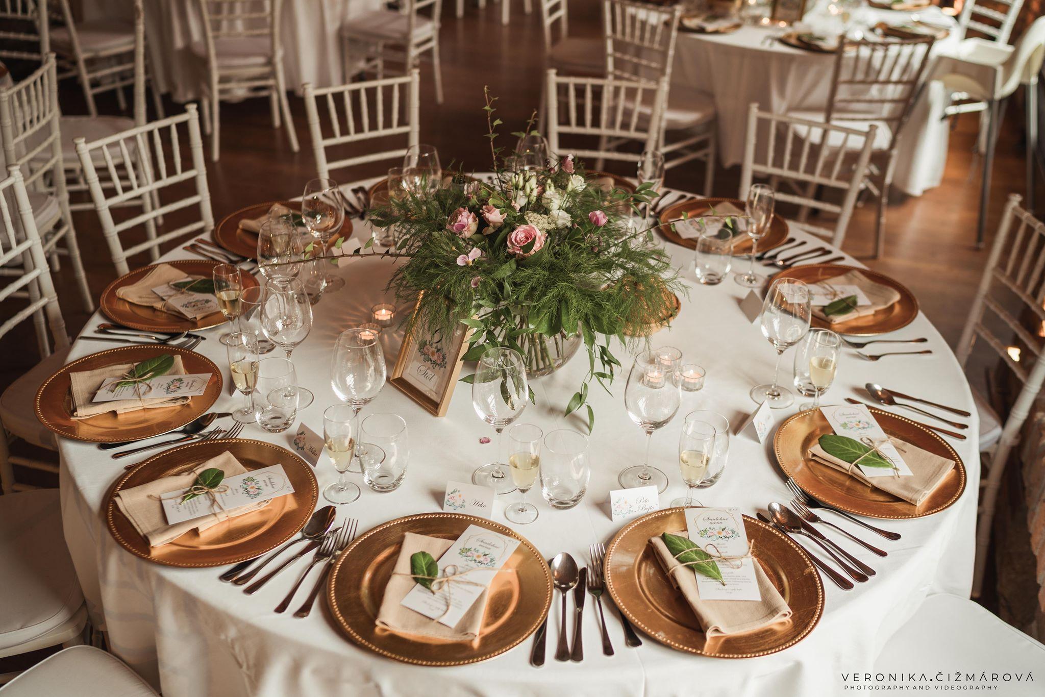klubove-taniere-na-svadbu-vyzdoba-chiavari-monovky-pozvankyjpg