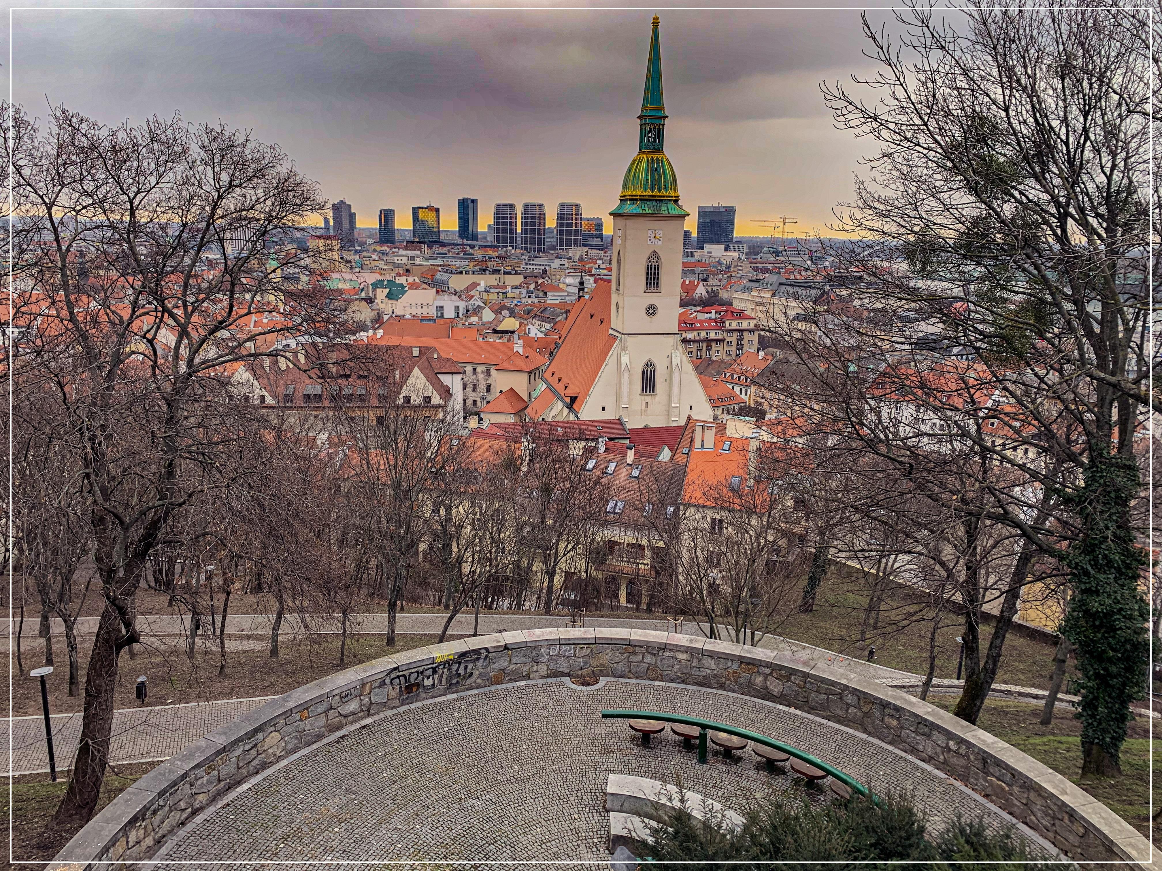 Vzahy_Bratislavsky hrad__jpg